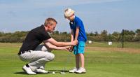 Golfles-aan-jongetje-op-putting-green-200-x-110