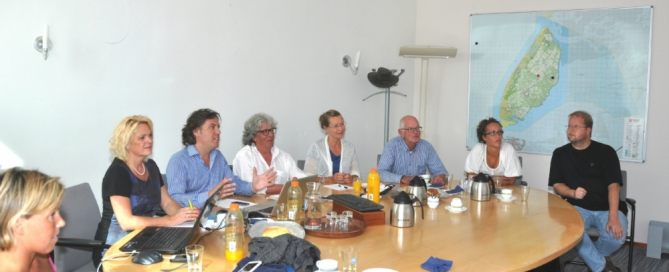 De jury heeft zich over bijna 300 inzendingen gebogen op het gemeentehuis van Texel. De winnaars van de vakjuryprijzen zijn intern bekend. Wie gaat nu de Publieksprijs winnen? Foto: Linda Dinkelman